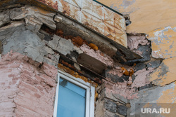 Аварийный жилой дом по адресу Коли Мяготина 74. Курган, фасад здания, аварийный дом, аварийный балкон, разруха