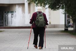 Клипарт. Курган, пенсия, бабушка, лыжные палки, спорт пенсинерам, спортивная пенсионерка
