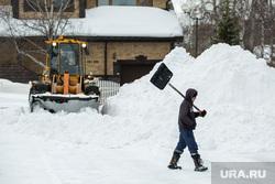 Уборка снега на территории коттеджного поселка «Березка». Сургут   , уборка снега, рабочий с лопатой