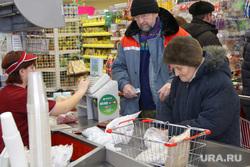 ТЦ Парус (Метрополис) Курган, покупатель, пенсионерка, касса, бабушка, магазин продукты