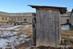 Школа. Курган, уличный туалет, школа