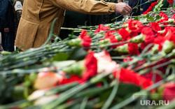 Празднование Дня Воздушно-десантных войск. Екатеринбург, гвоздики, возложение цветов