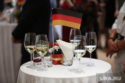 Торжественный прием немецкого консульства по случаю 25-летия со дня воссоединения Германии. Екатеринбург, немецкий, прием, флаг, германия, бокалы, консульство