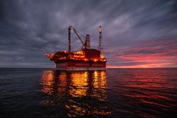 Открытая лицензия на 30.07.2015. Добыча нефти и газа, море, нефтедобыча, закат, нефтяная платформа, печорское море