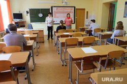 Выпускники 11-ых классов сдают ЕГЭ по географии и информатике в языковом Лицее №2. Екатеринбург, кабинет, егэ, класс, экзамен, школьники, единый государственный экзамен, классная комната