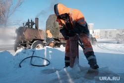 Работники «Водоканала» размораживают колонку по ул. Климова. Курган, разморозка колонки, разморозка водопроводных труб, колонка, колонка водоразборная