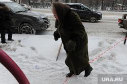 Снятие несоответствующих дизайн-коду вывесок на гостевых маршрутах. Челябинск, снег на тротуаре, пенсионерка, пешеход, бабушка, неубранные от снега тротуары, затрудненное движение