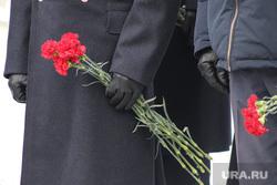 Митинг посвященный 30-летию окончания выполнения боевой задачи советских войск в Афганистане. Курган, гвоздики, цветы в руке