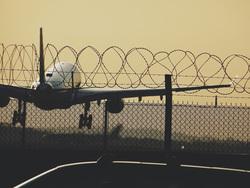 Клипарт unsplash.com, колючая проволока, аэропорт, самолет