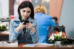 ИННОПРОМ-2019. Первый день международной промышленной выставки. Екатеринбург, наушники, сотовый телефон, смартфон