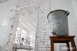 4-ая Уральская индустриальная биеннале современного искусства за два дня до открытия. Екатеринбург, питьевая вода, водопой, ведро с водой
