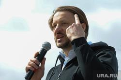 Экологический народный сход Челябинск дыши Николая Сандакова, в сквере Колющенко. Челябинск, сандаков николай, жест пальцем