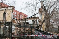Рухнувшее нежилое здание (памятник архитектуры) по улице Советская 131. Курган, памятник архитектуры, развалины, лента ограждения, рухнувшее здание
