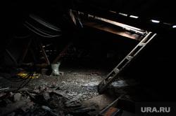 Выездное заседание комиссии правительства региона по предупреждению и ликвидации чрезвычайных ситуаций. Свердловская область, Нижний Тагил, крыша, мусор, ветхое жилье, чердак дома, разруха