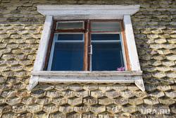 Виды Новоуральска, Свердловская область, деревянный дом, цветы на окне, окно, чешуйчатый дом