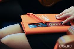Дубровский отчетная пресс-конференция.Челябинск., пресса, блокнот, колени