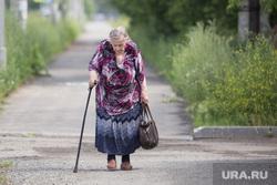 Виды Кургана, пенсионерка, пожилая женщина, бабушка, старушка, женщина с тростью