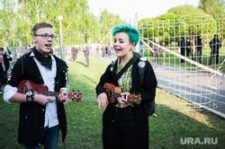 Акция против строительства собора святой Екатерины на территории сквера у Театра драмы. Екатеринбург, пение, цветные волосы, зеленые волосы, укулеле, молодежь