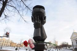 Траур по Юрию Лужкову. Челябинск, скульптура, мяч в кепке, кировка, памятник юрию лужкову