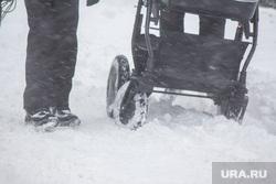 Снег в городе. Нижневартовск, снег на тротуаре, коляска, зима, метель