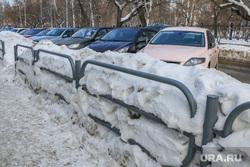 Снег и грязь на дорогах  и во дворах города Курган, сугробы, стоянка автомобилей, снег в городе