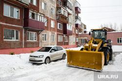 Уборка снега во дворах на улице Майской. Сургут, уборка снега, трактор