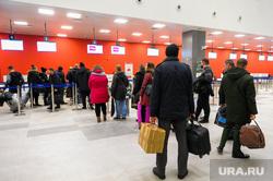 Алексей Текслер посетил новый терминал внутренних авиалиний аэропорта «Челябинск» имени Игоря Курчатова. Челябинск, аэропорт, стойка регистрации, пассажиры