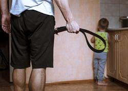 Клипарт depositphotos.com, педофилия, маленький мальчик, педофил, детское насилие, ремень в руке, бить ребенка, наказывать ребенка