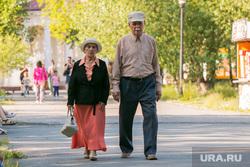 Жители города. Курган, пожилая пара, пенсионеры на прогулке