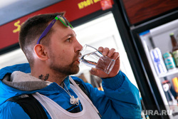Третий Велопробег по новым барам Екатеринбурга, стакан воды, пьет воду