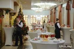 Новогодний прием Евгения Куйвашева в Театре Эстрады для представителей общественности. Екатеринбург, официанты, фуршет, накрытый стол