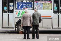 Виды города. Курган, автобусная остановка, дедушка, автобус, пожилая пара, пенсия, пожилые люди, пенсионеры, бабушка, за руки