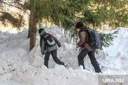 Снег и грязь на дорогах  и во дворах города Курган, зима, школьники в сугробе