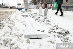 Укладка тротуарной плитки на проспекте Ленина. Екатеринбург, снег, дорожные работы, дорожный знак, дорожный ремонт, зима, ремонт тротуара, ведутся работы