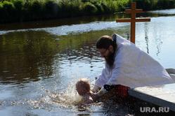 Массовое крещение на Чусовой на станции Полевской, Свердловская область, ребенок, дети, крещение, религиозный обряд