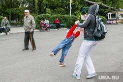 Открытие сезона трудовых отрядов города. Курган, мама с ребенком, поколения, пожилой человек