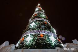 Новогодняя елка перед администрацией. Сургут, елка новогодняя, новый год, подсветка