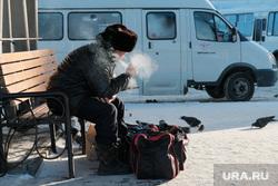 Железнодорожный вокзал. Курган, курение, зима, дед, сумки, курит, автобусный вокзал