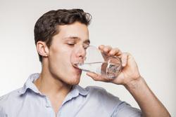 Клипарт depositphotos.com, питьевая вода, жажда, стакан воды, стакан в руке, пить воду, пьющий человек