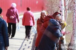 Виды города. Смог. Старые гаражи. Курган, старушки, пенсионерки, бабушки, старость, пенсия, бабушки в платках
