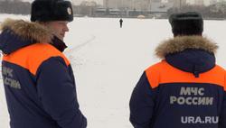 Сотрудники МЧС наблюдают за людьми, переходящими Исеть по льду. Екатеринбург