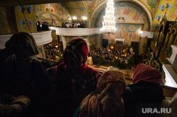 Празднование Рождества Христова в Свято-Троицком кафедральном соборе. Екатеринбург, богослужение, церковь, вера, прихожане, православная церковь, православие, женщины в платках