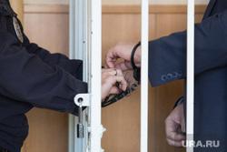 Выбор меры пресечения для начальника курганского отделения РЖД Домосканова Сергея. г. Курган , заключенные, арест, зал суда, подсудимый, полиция, арестант, наручники