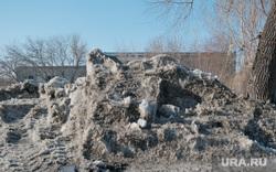 Поселок Восточный. Курган, сугроб, грязный снег
