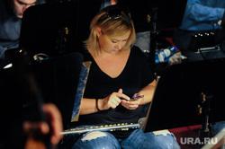 Репетиция спектакля Богема Большого театра в Челябинске, оркестр, флейта, смотрит в телефон