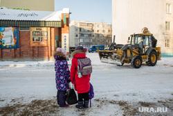 Место трагедии где на ребенка наехал грузовик. Сургут, снегоуборочная техника, трактор, дети, школьники