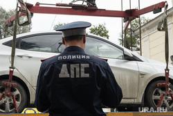 Работа автоэвакуаторов в Екатеринбурге, автоэвакуатор, сотрудник гибдд, парковка машин, стоянка автомобилей, эвакуация автомобиля, работает эвакуатор, автомобиль, дпс, полицейский, личный транспорт, машина, автоинспектор