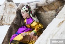 День оленевода в селе Аксарка, ЯНАО, ямал, девушка в национальном костюме, кмнс