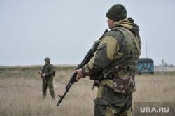 Безоружные украинские военные встретились с Российскими. Переговоры.Севастополь. Крым. Аэропорт Бельбек, спецназ, автомат, армия, военные, солдаты