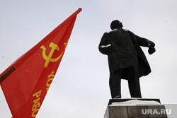 Митинг в честь памяти Владимира Ленина. Тюмень, памятник ленину, серп и молот, флаг